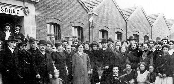 Arbeiter und Arbeiterinnen vor dem Fabriktor J.W. Spear und Söhne an der Höfenerstraße um 1905. Foto: Museen der Stadt Nürnberg, Deutsches Spielearchiv